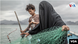 Imagen de una mujer yemení y su hijo, tomada por el fotoperiodista español Pablo Tosco, que ganó el primer lugar en el certamen anual de fotografía de la World Press Foundation. Captura de video.