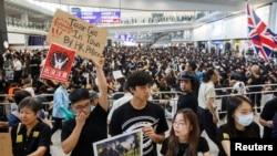 Người biểu tình Hong Kong tại sân bay quốc tế Hong Kong ngày 9/8/19.