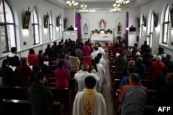北京附近一個村莊的天主教徒在復活節早上參加彌撒。 (2021年4月4日)