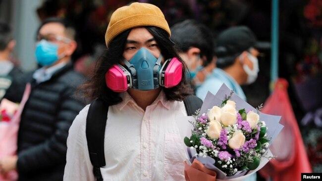 Hoa và khẩu trang trong Ngày Tình nhân (Valentine's Day) tại Hong Kong (ảnh chụp ngày 14/2/2020)