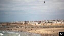 Des gens sur une plage rouverte le premier week-end après la levée des mesures de verrouillage à Sale, au Maroc, le vendredi 26 juin 2020. (photo d'archive)