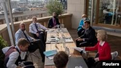 7月18日在布鲁塞尔,欧盟理事会主席与德国总理、法国总统、欧盟委员会主席等人在欧盟成员国自新冠病毒疫情爆发以来首次峰会间隙举行会议。