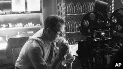 "Geri Oldman kao Herman Menkijevic u sceni iz filma ""Menk"". Foto: Netfliks"