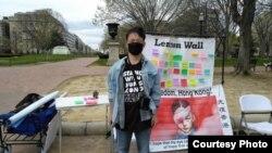 Alex Lee melakukan protes di Washington, D.C., dengan harapan dapat menginspirasi lebih banyak orang di China untuk menjadi pendukung pro-demokrasi. (Foto: Courtesy/Alex Lee)