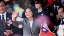 台湾总统蔡英文在总统府前的国庆庆祝活动中挥手致意。(2019年10月10日)
