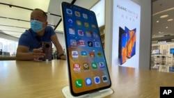 2020年9月8日星期二一零售商店顧客站在華為智能手機旁