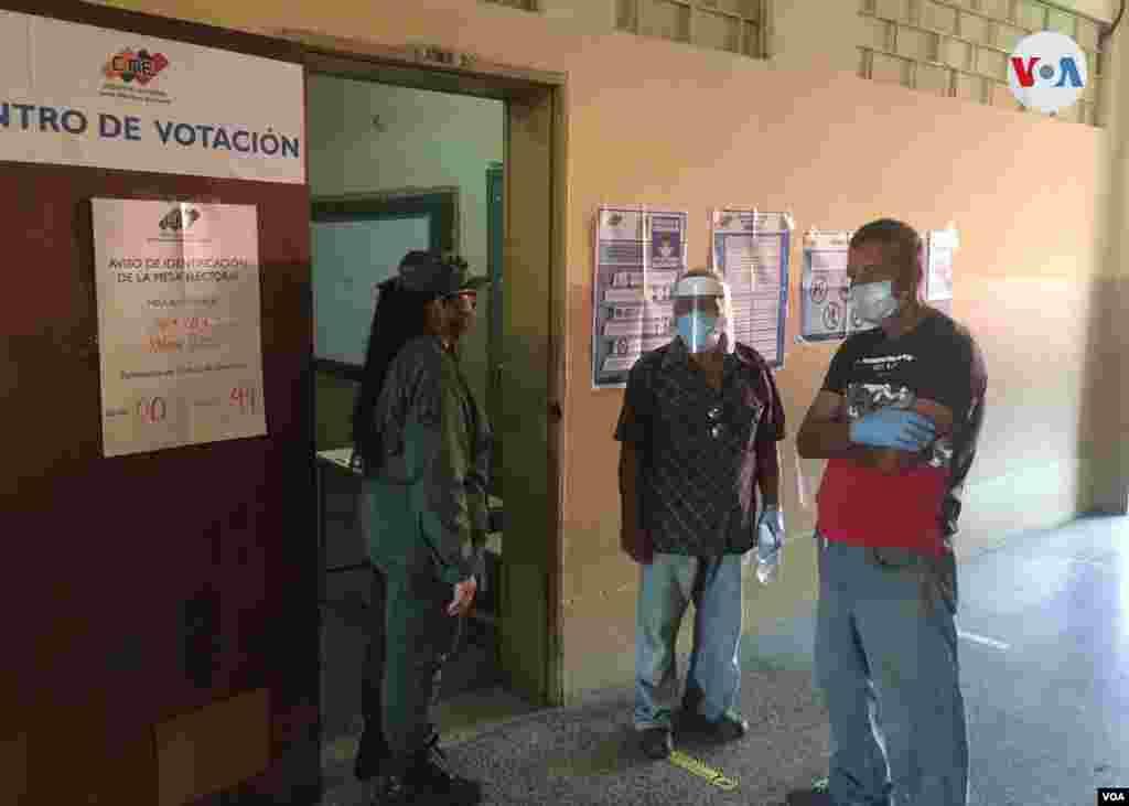 """Edgar Ramírez, venezolano jubilado consultado por la VOA, explica acudió a votar aporque interpreta el sufragio como """"una obligación"""". Maracaibo, diciembre 6 de 2020. Foto: Gustavo Ocando - VOA."""