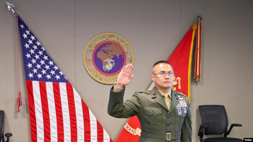Tân Thiếu tướng gốc Việt William Seely III tuyên thệ lại lễ trao quân hàm hôm 31/7/2020 tại căn cứ không quân MacDill, Florida. Photo Twitter USMARCENT