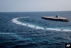 28일 이란 혁명수비대가 호르무즈해협에서 미 해군 항공모함 모형 구조물을 동원해 군사훈련을 하고 있다.