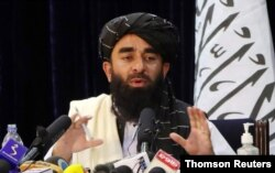 阿富汗塔利班發言人扎比烏拉·穆賈希德週二在喀布爾舉行記者會。 (2021年8月17日)
