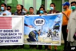 Warga sipil Afghanistan yang selama ini membantu pasukan NATO, termasuk para penterjemah, melakukan aksi unjuk rasa mengenai kekhawatiran nasib mereka pasca penarikan pasukan asing, dalam aksi di Kabul, Afghanistan (foto: dok).