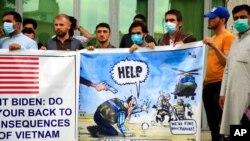 Sejumlah warga Afghanistan mantan penerjemah tentara AS berdemo di depan Kedutaan AS di Kabul untuk meminta perlindungan nasib mereka pasca penarikan pasukan AS.