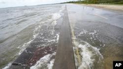 Vode meksičkog zaliva prodiru na loaklni put u Vejvlendu, Mizuri, 13. septembra 2020.