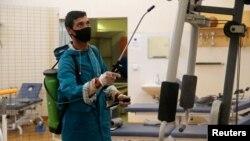 Petugas menyemprotkan disinfektan untuk mencegah perebakan Covid-19 di Benghazi, Libya (foto: dok).