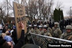 13일 미국 미네소타주 브루클린센터 경찰소 앞에서 시민들이 경찰관이 쏜 총에 흑인 남성 단테 라이트가 숨진 사건에 항의하는 시위를 계속하고 있다.