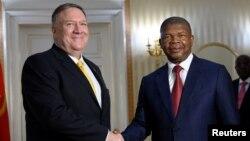 Menteri Luar Negeri AS Mike Pompeo (kiri) bersama Presiden Angola Joao Lourenco di Luanda, Senin (17/2).