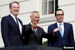 Wakil PM China, Liu He bersama Utusan Perdagangan AS Robert Lighthizer (kiri) dan Menteri Keuangan AS, Steve Mnuchin di Washington, D.C., 10 Oktober 2019. (Foto: dok).