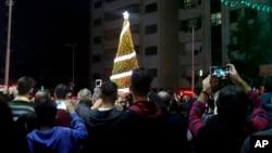 Warga Kristen Palestina menghadiri acara penyalaan Pohon Natal di Kota Gaza, 3 Desember 2019.