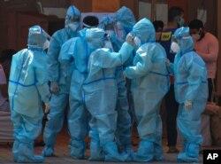 نئی دہلی کے ایک اسپتال کا طبی عملہ وائرس سے بچاؤ کے لیے حفاظتی لباس پہنے ہوئے ہے۔ 10 مئی 2021