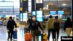 지난 15일 일본 오사카의 간사이 공항에서 여행객이 마스크를 착용하고 있다.