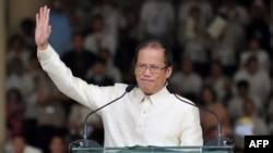 """L'ex président philippin Benigno """"Noynoy"""" Aquino saluant la foule après avoir prononcé son discours inaugural à la tribune Quirino à Manille, le 30 juin 2010."""