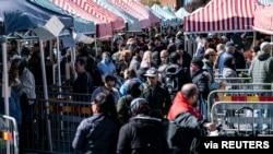 Người dân Thụy Điển mua rau tại chợ Mollevangstorget, ở Malmo, Thụy Diển ngày 25/4/2020.