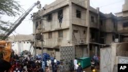 کیمیکل فیکٹری میں پھنسے ہوئے مزدوروں کو نکالنے کا کام جاری ہے۔ 27 اگست۔ اے پی فوٹو