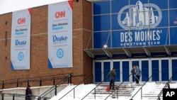 Trabajadores limpian la nieve frente a la Universidad Drake en Des Moines, Iowa, el 13 de enero de 2020, en anticipación al debate de aspirantes demócratas a la nominación presidencial previsto para el martes, 14 de enero de 2020.