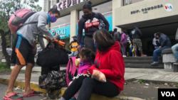 Venezolanos piden a su consulado en Quito, Ecuador, que los regresen a su país.