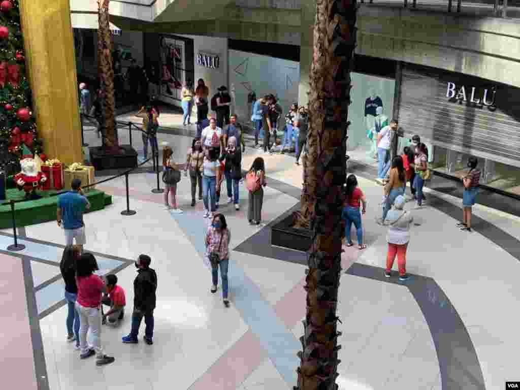 En el centro comercial El Recreo, hacia el centro de la ciudad, otros de los seis centros comerciales visitados por la VOA, eran las tiendas de ropa, accesorios y calzados las que tenían los descuentos. Foto: Luisana Solano - VOA