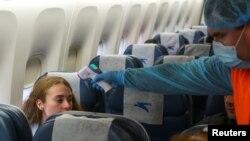 Фото: перевірка температури у пасажирів, прибулих з Нью-Йорка до Борисполя. Reuters
