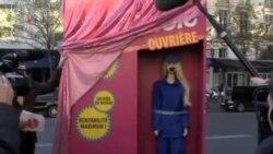 """法国街头现""""芭比女工"""" 抗议中国劳工惨状"""