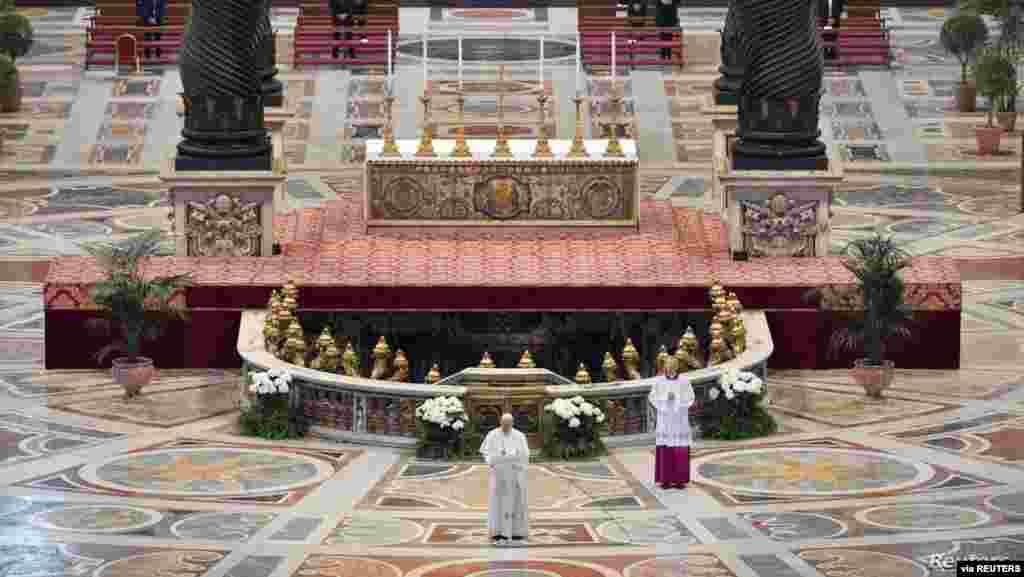 프란치스코 교황이 바티칸 성베드로 대성당에서 소수의 사제만 참석한 가운데 부활절 미사를 집전하고 있다.