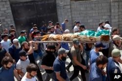 Prosesi pemakaman korban yang diidentifikasi sebagai Zelimkhan Khangoshvili, Muslim Georgia yang berperang melawan Rusia dalam Perang Chechnya II, di desa Duisi, lembah Pankisi Gorge, Georgia, 29 Agustus 2019. (Foto: dok).