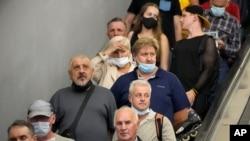 مردم در بحبوحه همهگیری کرونا بدون رعایت فاصلهگیری اجتماعی و برخی بدون ماسک سوار پله برقی در یک ایستگاه مترو در شهر سن پیترزبورگ روسیه شدهاند - ۲۹ ژوئن ۲۰۲۱