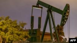 Pompa angguk mengambil memompa minyak mentah dari lapangan minyak Long Beach di Signal Hill, 9 Maret 2020.