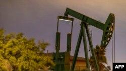 یک چاه نفت در «لانگ بیچ» کالیفرنیا - احتمال عدم حضور آمریکا در دیدار اعضای اوپک با تولیدکنندگان غیراوپک، مذاکره بر سر کاهش تولید نفت را پیچیده میکند.