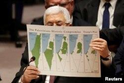 Presiden Palestina Mahmoud Abbas menunjukkan peta wilayah Palestina yang terus mengecil dalam pidato di depan DK PBB, hari Selasa (11/2).