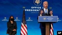 Novoizabrani predsednik SAD Džo Bajden govori u Kraljičnom teatru u Vilmingtonu, dok iza njega sedi novoizabrana potpredsednica Kamala Haris (Foto: AP)