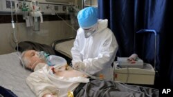 یک بیمار مبتلا به کووید-۱۹ در بیمارستانی در تهران - آرشیو