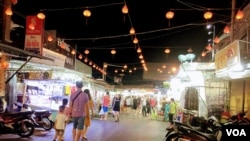 Travelers visit the night market on the Vietnamese island of Phu Quoc.(VOA News)