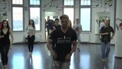 Con sabor hispano bailan en Rusia