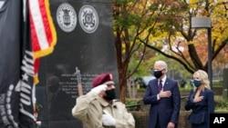 조 바이든 미국 대통령이 민주당 대선후보 시절인 지난해 11월 재향군인의 날을 맞아 부인 질 바이든 여사와 함께 필라델피아 한국전 참전 기념비에 헌화했다.