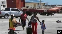 Bamwe mu barokotse muri Honduras berekeza ku kuvuko ca Marsh, inyuma yo gusinzikazwa n'igihuhusi kivanze n'imvura Dorian. Kw'izinga rya Abaco, Bahamas, kw'itariki 08/09/2019