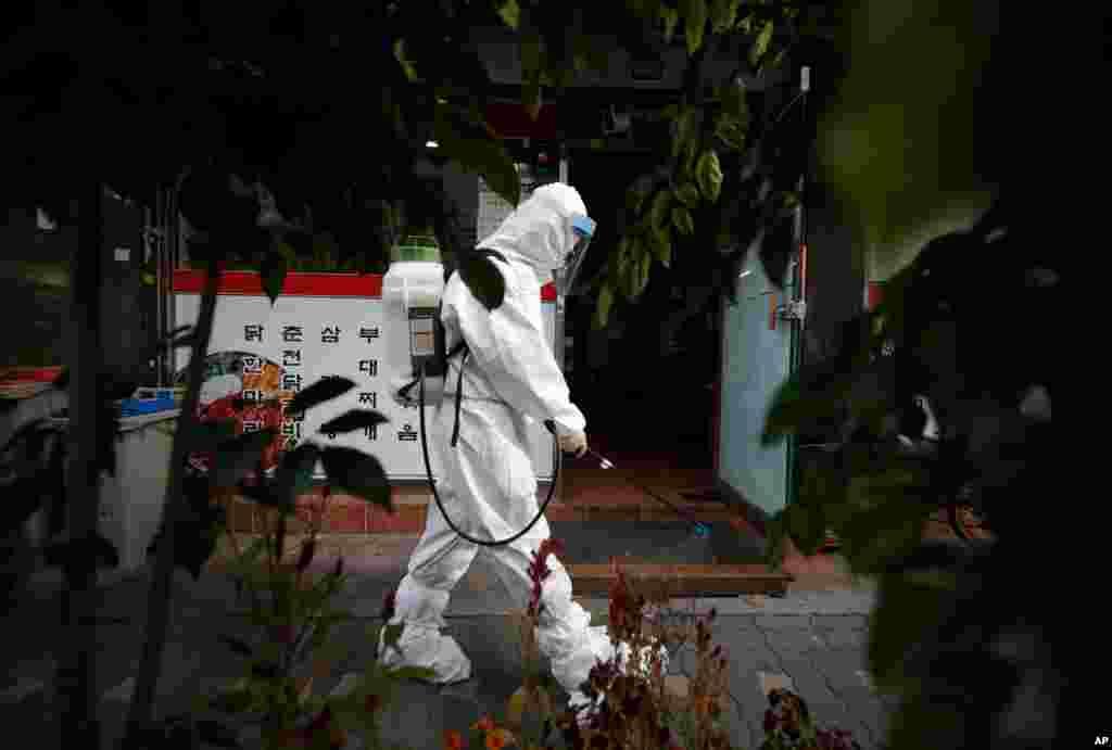 یک کارگر در حال ضدعفونی خیابانهای شهر سئول در کره جنوبی. این کشور ۲۴ هزار ابتلا و ۴۲۲ مرگ را در شش ماه گذشته ثبت کرد.