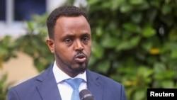 Naibu waziri wa habari Abdirahman Yusuf akizungumza na waandishi wa habari mjini Mogadishu, Somalia, May 6, 2021.