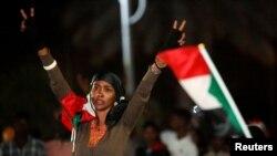 Une femme célèbre le premier anniversaire du soulèvement qui a renversé Omar el-Béchir, à Khartoum, au Soudan, le 25 décembre 2019. (Photo: REUTERS/ Mohamed Nureldin Abdallah)