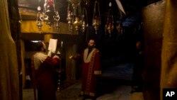 信奉基督教的亞美尼亞人在伯利恆聖誕教堂的聖誕洞內祈禱。 (2019年12月24日)