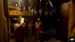 ຊາວຄຣິສອາມີເນຍ ພາກັນສູດມົນຢູ່ Grotto ຂອງໂບດ Nativity ທີ່ເຊື່ອກັນວ່າ ເປັນບ່ອນປະສູດຂອງພະເຍຊູເຈົ້າ ຢູ່ເຂດແຄມຝັ່ງຕາເວັນຕົກ ຂອງແມ່ນໍ້າ ຈໍແດນ ວັນທີ 24, 2019.