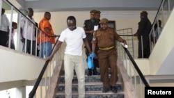 Uyu ni umunyamakuru Erick Kabendera ushorewe na polisi ya Tanzaniya, umwe mu bashyizwe mu nkiko ku buryo butarasobanuka.